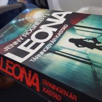 Flickrån i upp-och-ned-vända världen | Leona, tärningen är kastad, av Jenny Rogneby | deckarrecension