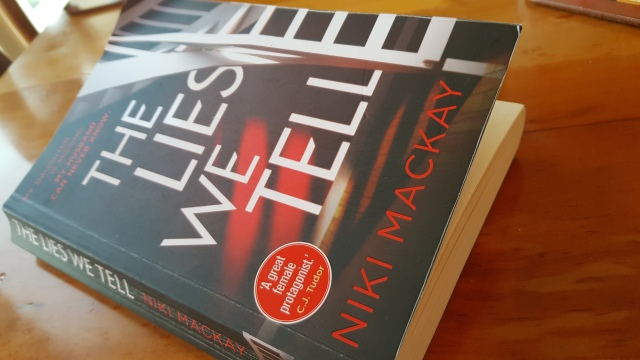 The Lies We Tell av Niki Mackay